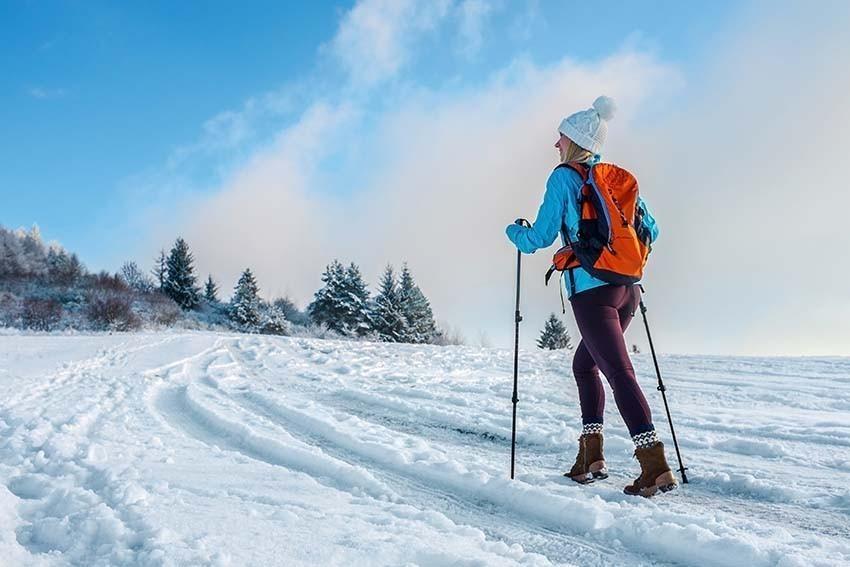 Skifahrerin mit Sportrucksack