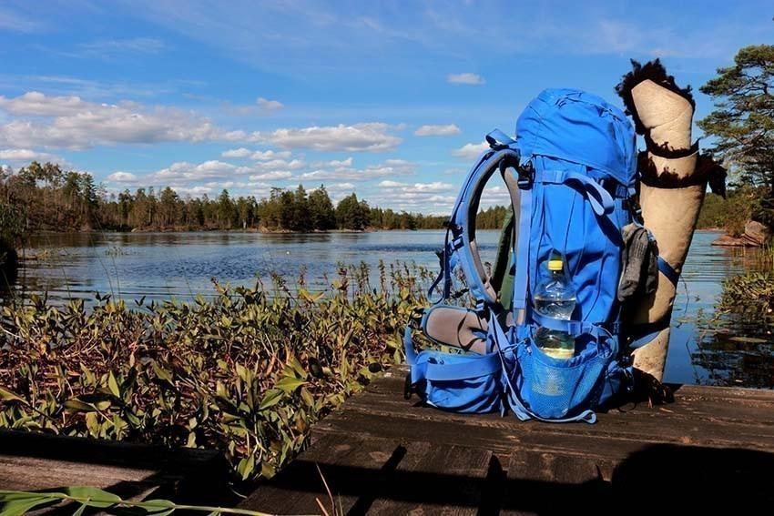 Wanderrucksack am See